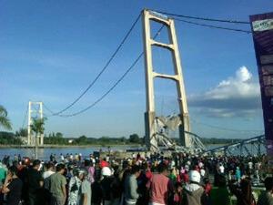Jembatan Kutai Kartanegara sesaat setelah Runtuh